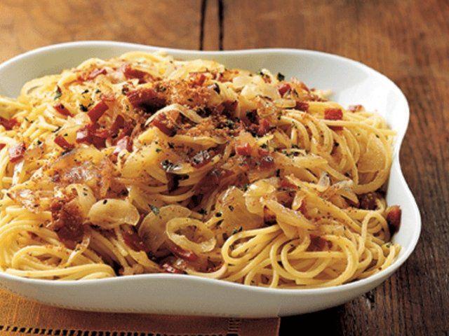 Ekmek Kırıntısı ve Pastırmalı Spagetti  Geniş bir tavada tereyağın yarısını eritin ve yağ eriyince üzerine zeytinyağını ekleyin. İçine soğanları atıp, karıştırarak, yaklaşık 7 dakika kadar pişirin. İçine pastırma parçalarını da ekleyerek hepsini birlikte karıştırmaya devam ederek, 3 dakika kadar pişirin. Pişirdiğiniz soğan ve pastırmaları bir tabağa aktarın. Aynı tavaya kalan…