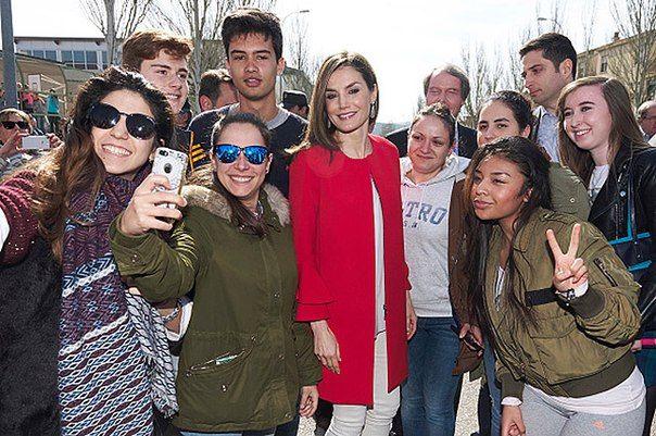 Королева Испании Летиция выбрала демократичный наряд для деловой встречи
