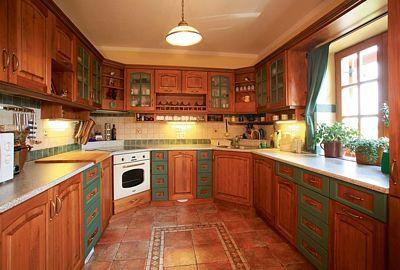 Téměř všechen nábytek v domě, včetně kuchyňské linky, vyrobil truhlář na míru z masivního dřeva.