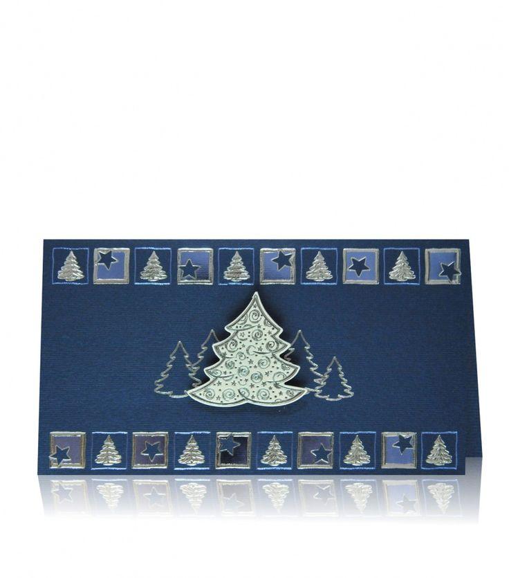 Kartka świąteczna B 374 Ekskluzywny prążkowany papier, srebrny i granatowy błyszczący nadruk. Wyjątkową kompozycję kartki dopełnia delikatna kombinacja kolorów oraz świąteczne motywy podkreślone tłoczeniem. Pierwszy plan zajmuje naklejona choinka podkreślająca zimową atmosferę.