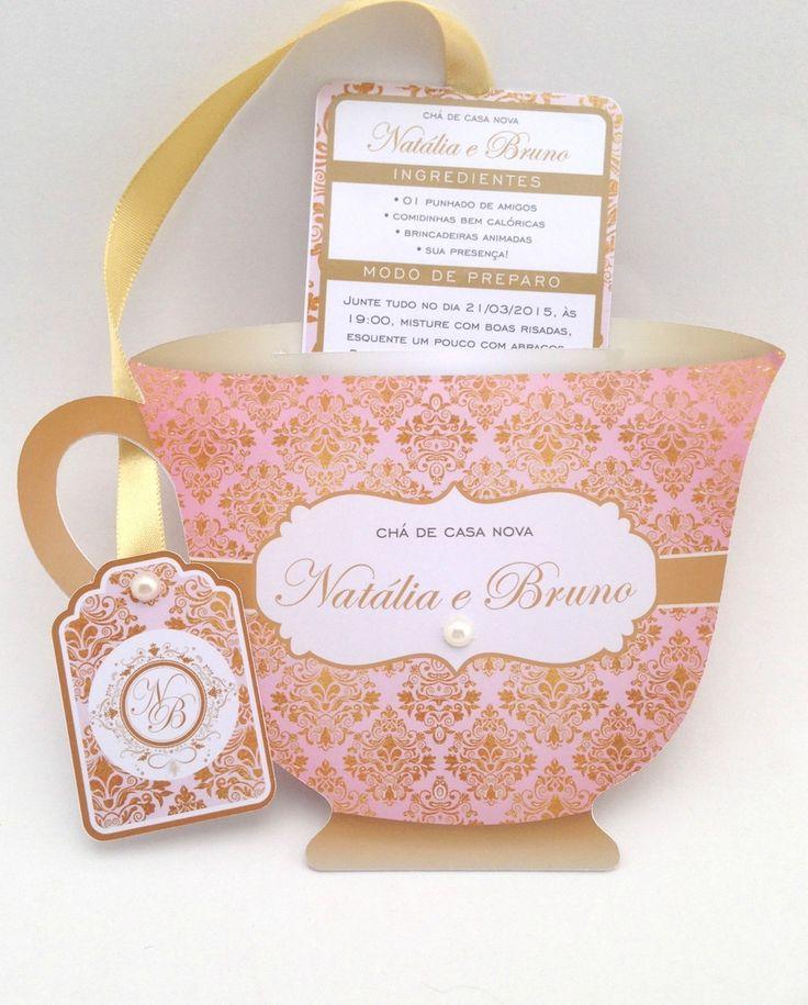 Convite Chá de Panelas/Cozinha - Modelo Xícara    Chique e divertido!  De dentro da xícara sai o convite em formato de sachê de chá. Tag com o nome do convidado incluso.    Medidas: Corpo 14,50 cm por 10,00 cm.  Tag 5,50 cm por 4,00 cm.