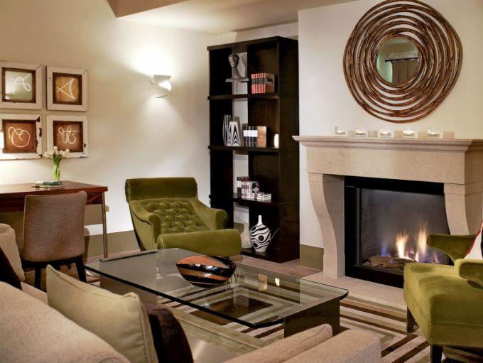 Nejen v apartmá Moser Suite mají hosté k dispozici křišťálové sklo od sklárny Moser. K vybavení každého pokoje patří také kubistické vázy a dózy Pavla Janáka a Vlastislava Hofmana (Modernista)