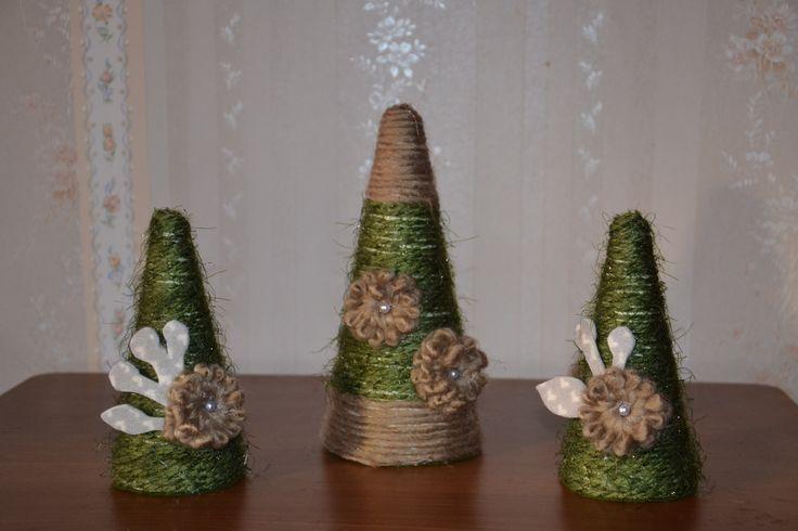 Alberi verdi con decorazioni floreali1