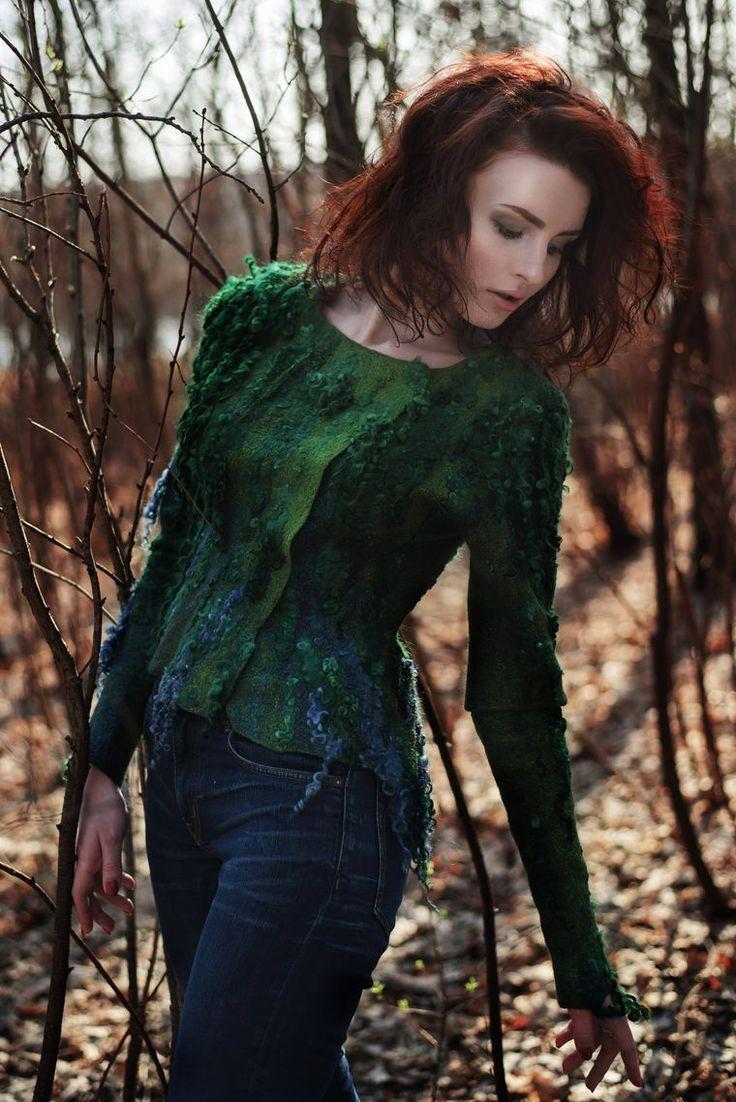 Маленькая дриада жила в раскидистом большом дереве. Оно было зеленое, красивое и пышное. Длинные корни цепко держались за мягкую землю, уходя далеко в глубь к твердым пластам гранита. Подземная влага питала их и насыщала все дерево, проникая в каждый листочек, в каждую веточку. Дриада любила старые корни и часто слушала их рассказы о подземном мире, восторженно открывая огромные зеленые глаза.
