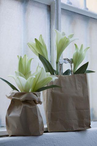 Decorare la tavola: centrotavola di fiori e carta