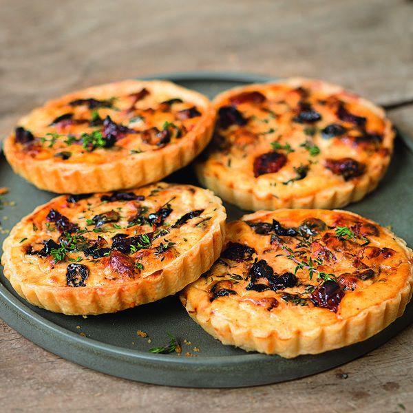 Die Oliven-Ricotta-Tarteletts sind perfekt für die nächste Sommerparty und machen Lust auf Urlaub und Meer!⎜Küchengötter