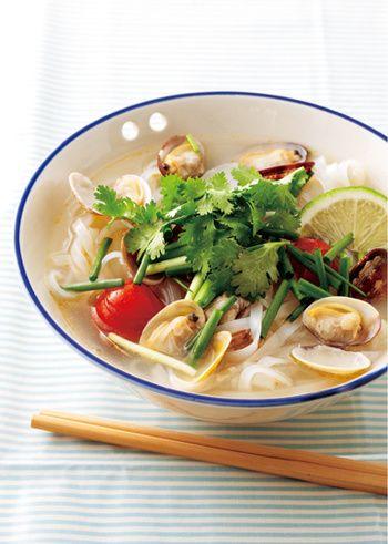 ライムは、エスニック料理にもよく使われますね。ベトナム料理の定番フォーは、あさりのうま味たっぷりのスープとライムのさっぱりした味付けが夏にもぴったりです。こちらは、温かい麺で。