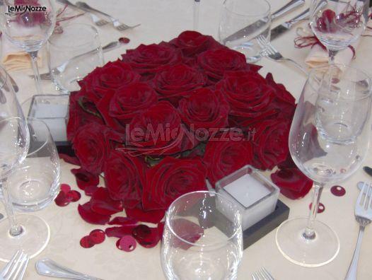 http://www.lemienozze.it/gallerie/foto-fiori-e-allestimenti-matrimonio/img34627.html Centrotavola di rose rosse scelte come fiori per il matrimonio