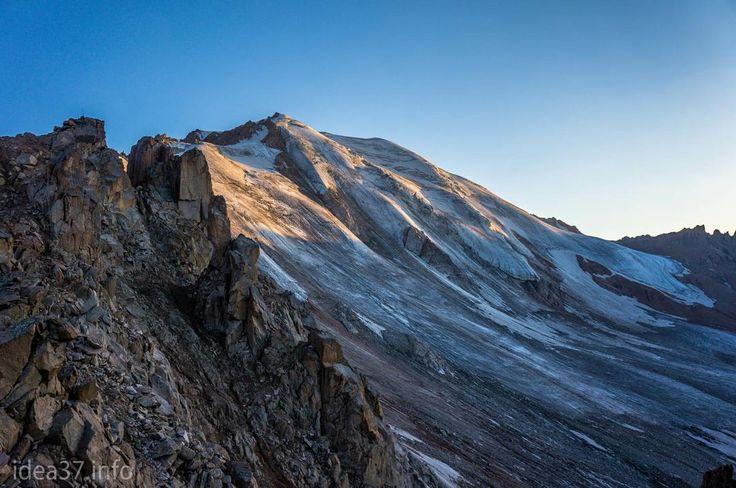 Molodezhni Peak (4110 m)