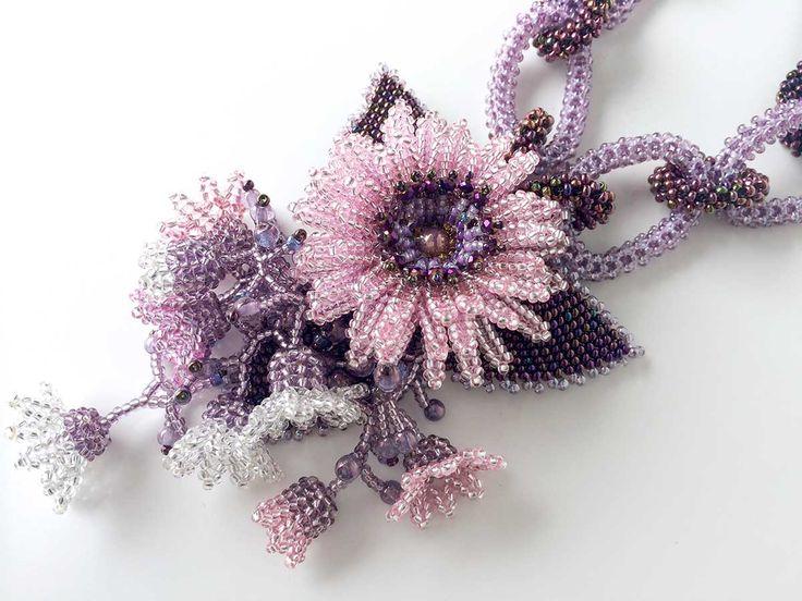 チェーン(鎖状)に編んだボリュームのあるラインが斬新で面白いお花畑ネックレス。ピンクの銀引ビーズで編んだマーガレットに可愛らしい小花を添えました。華やかな大人ガーリーアイテムです!長さ約43cm、引き輪、アジャスター付き[Code Number:w1250][Product Name:チェーンラインのお花畑ネックレス][Price:7,300yen]