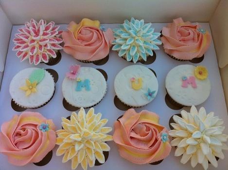 Foto tomada de Internet. Cupcakes en crema y pastillaje