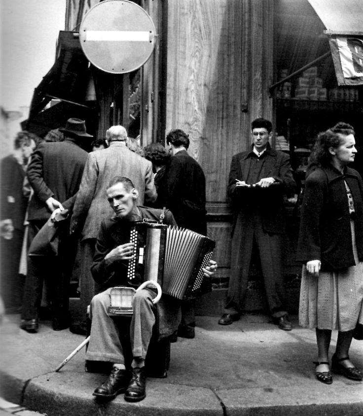 Robert Doisneau  Rue Mouffetard  Paris 1951