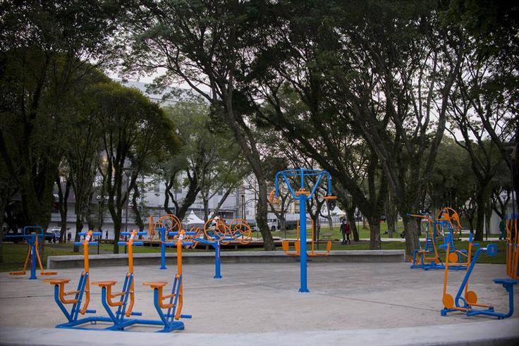 Academia ao ar livre. Praça Afonso Botelho. - Álbum - Prefeitura de Curitiba.