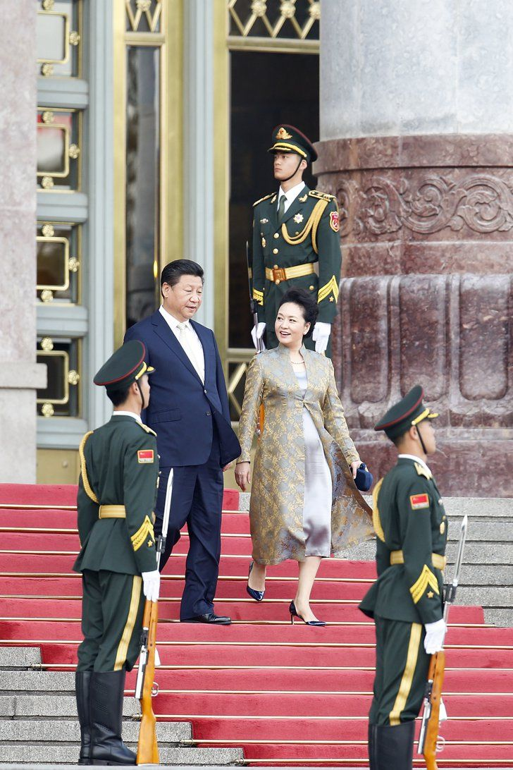 Pin for Later: Even Kate Middleton Could Take a Few Style Tips From China's First Lady Peng Liyuan Knows the Regal Appeal of a Silk Robe