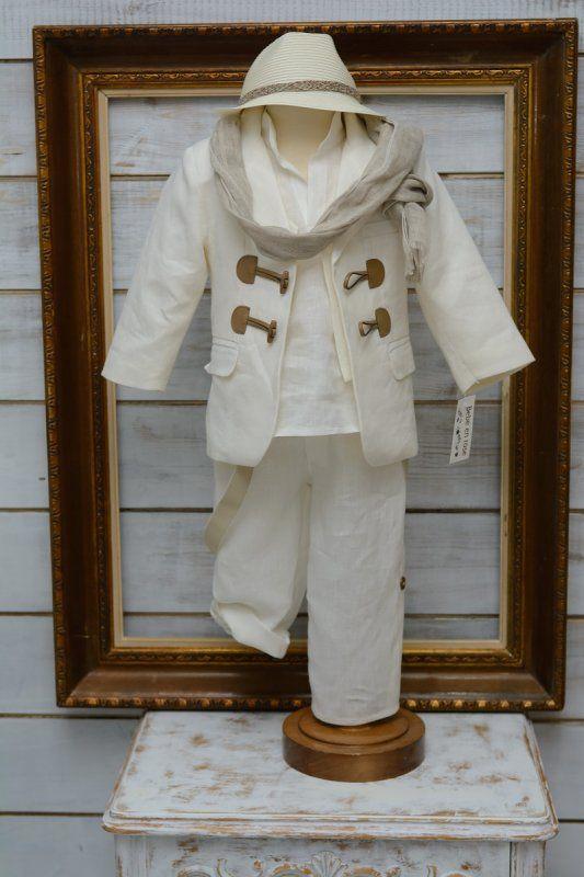 Κουστουμάκι βαπτιστικό για αγοράκι Ελληνικής ραφής . One size κατάλληλο για ηλικία μέχρι 1,5 έτους.  Η τιμή περιλαμβάνει   πουκαμίσα πατελονάκι σακάκι το κασκόλ της φωτογραφίας το καπέλο της φωτογραφίας