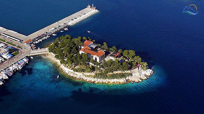 "Insula Skiathos este un taram binecuvantat de zei. Desi a avut un trecut tumultos ""vizitat"" de venetieni, bizantini, otomani si pirati furio..."