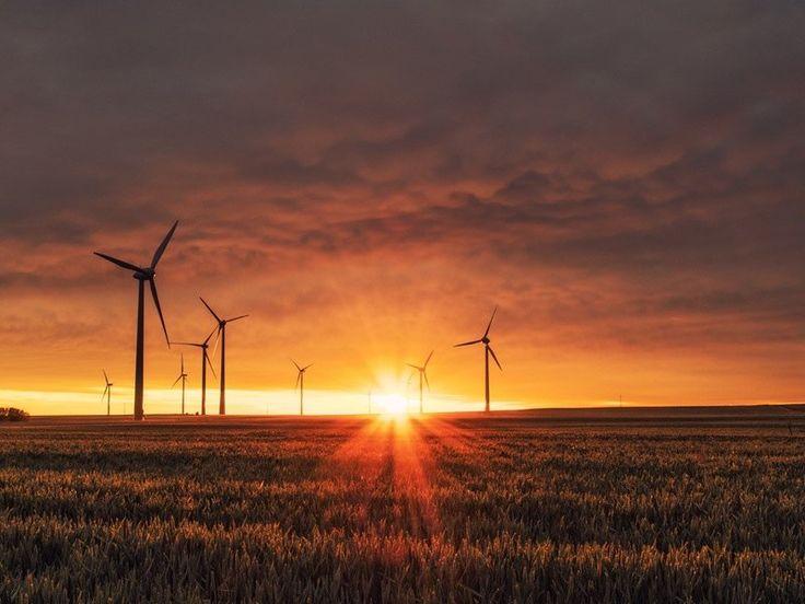 Wyższe ceny prądu, zlikwidowanie wielu miejsc pracy oraz straty z powodu kary za niewypełnienie dyrektywy unijnej liczone w miliardach złotych – eksperci przewidują, że takie będą skutki wprowadzenia ustawy wiatrakowej. Polska na niekorzystnych regulacjach może stracić bardzo dużo.