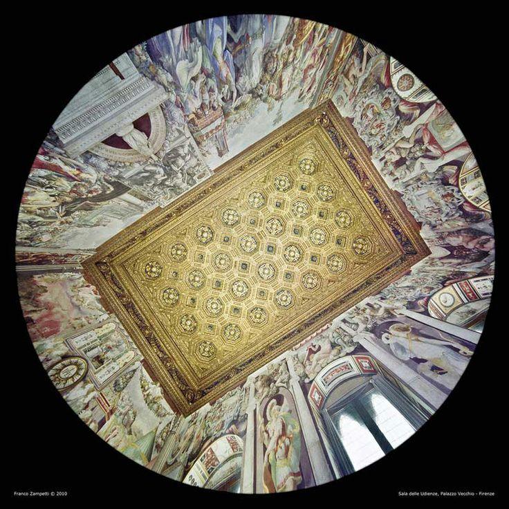 La Sala delle Udienze.  L'ambiente viene rinnovato nella seconda metà del ' 400(1470-81) dai fratelli Benedetto e Giuliano da Maiano, cui si devono anche il meraviglioso soffitto e la porta marmorea con battenti a tarsia lignea raffiguranti Dante e Petrarca. Le decorazioni delle pareti sono affidate a Francesco Salviati  per dipingere gli episodi della vita di Marco Furio Camillo, celebre eroe romano. La fotografia zenitale è realizzata dall'architetto Franco Zampetti.