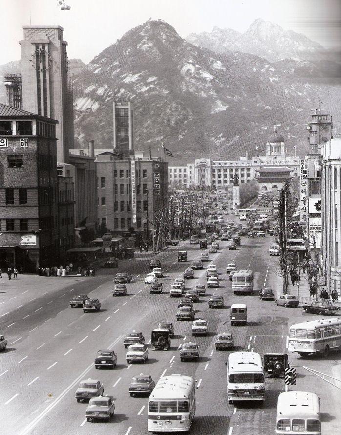 1969 Sejong Ro in Seoul, Korea.  1969년 세종로 광화문
