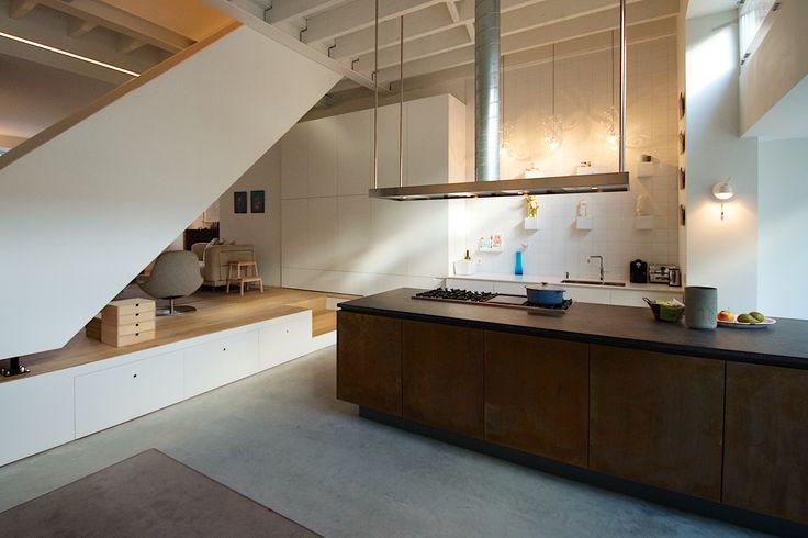 Ontwerp Bendien/Wierenga architecten Kookeiland: Belgisch hardsteenwerkblad  Rood koperen fronten Kastwand en aanrecht: LG Hi-Macs w...