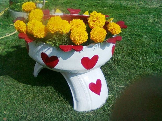 ways reuse old tires garden white flower container red hearts