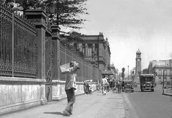 """Av. Bucareli y las rejas del Palacio Cobian,  al fondo puede verse el """"nuevo Reloj Chino"""" 1921"""