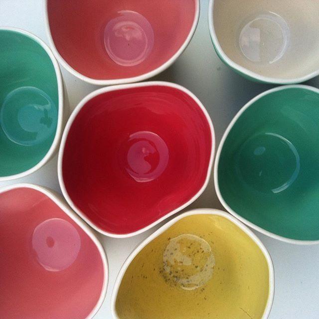 jeszcze raz kolory z wczorajszego pieca. 🎨 #ceramikazlanckorony #ceramika #polskaceramika #polishdesign #lanckorona #handmade #colors #tableware #decorations