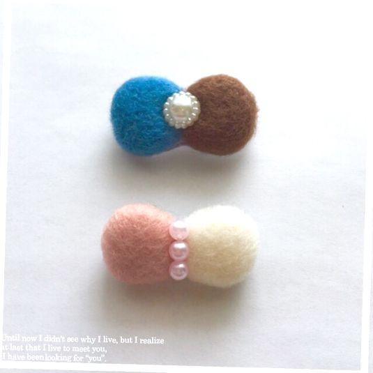 ご覧いただきありがとうございます♪羊毛フェルトでリボンブローチを作りました♡①ピンク、白色②濃い青色、茶色*備考欄に色をご指定して下さい