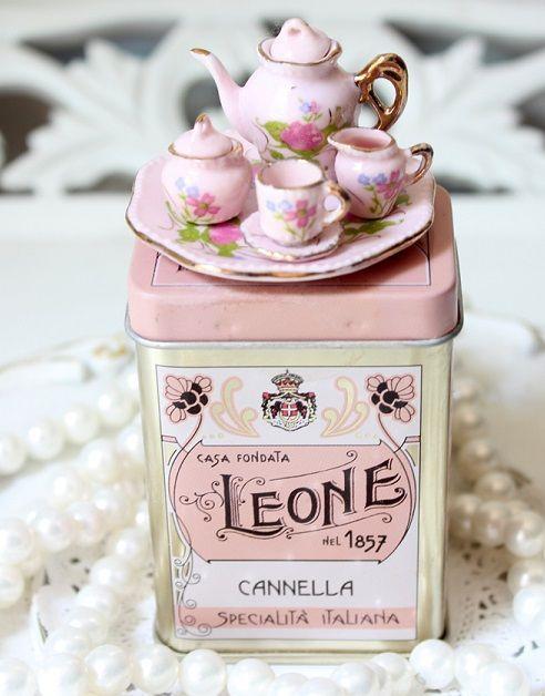 (via miniature tea set | Tiny Treasures ♥)love these.