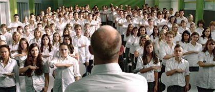 """Szene aus """"Die Welle"""" mit Jürgen Vogel (von hinten): Anfällig für totalitäre Ideologie"""