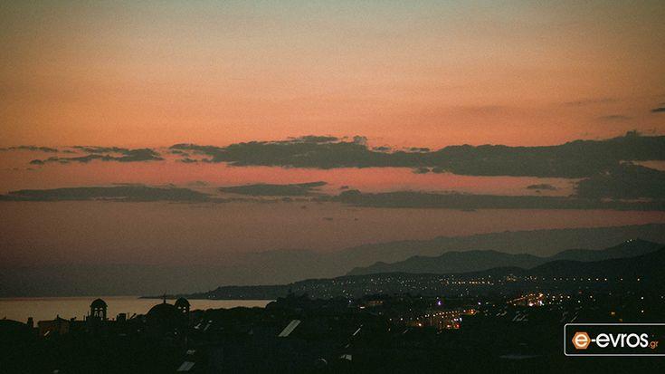 Η Αλεξανδρούπολη και τα φώτα της πόλης σε φόντο... πορτοκαλί.