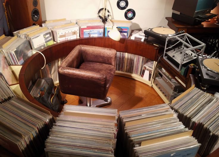 P L A T T E N K R E i S E L /// 2013 /// circular vinyl record shelf…