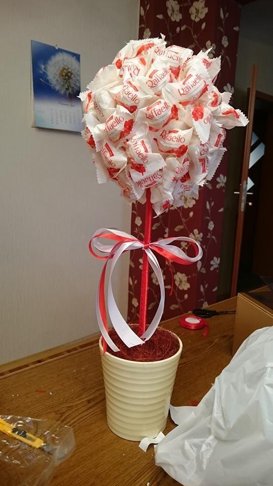 Zobacz zdjęcie słodyczowe drzewko. Kula styropianowa oklejona taśmą dwustronną i rafaello, wszystko dla bezpieczeństwa zostało owinięte folią :) w pełnej rozdzielczości