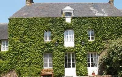 A vendre propriété de caractère avec chambres d'hôtes idéalement située entre St Malo, le Mont St Michel, Cap Fréhel, Cancale, Dinard, Dinan, dans un village des bords de Rance. La propriété s'étend sur environ 5000 m², comprenant plusieurs dépendances, avec une partie privé et une partie destinée à l'activité professionnelle.