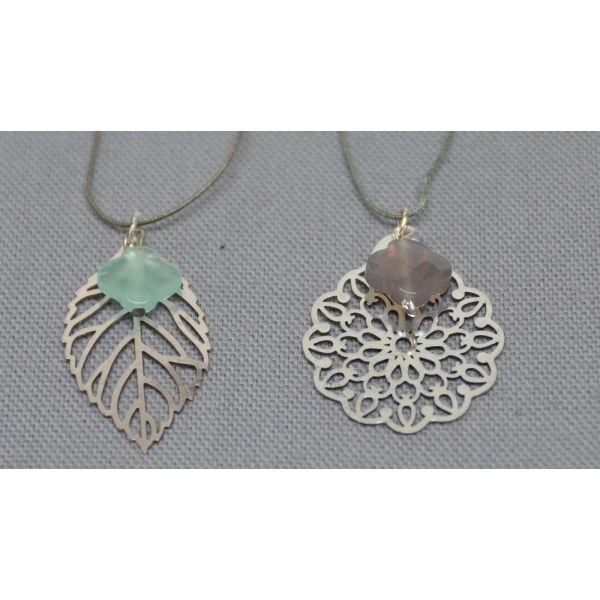 Collier fantaisie arabesque et pierre colorée monté sur lien fin satiné ou sur chaîne argent