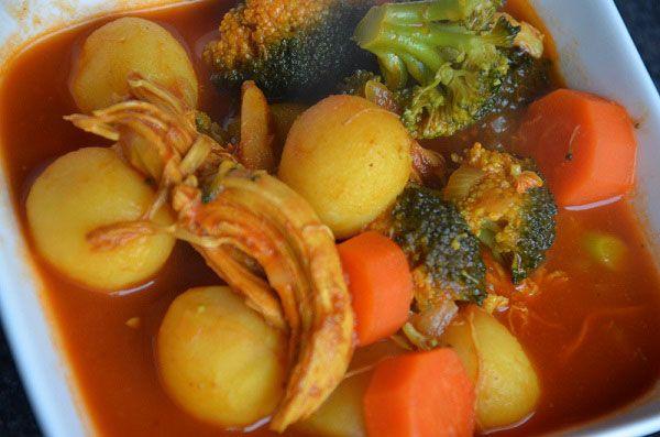 Wij maken dit gerecht altijd met 2 braadkippen. We koken de braadkippen in een ruime pan met water en maken hiervan een kippenbouillon voor een heerlijke kippensoep of we wecken de bouillon in weckpotten. De borstfilet van de braadkippen gebruiken we voor dit recept en de rest van het vlees van de k