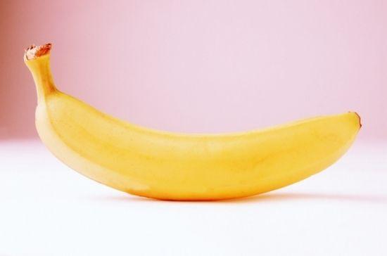 Eén van de heerlijkste haarmaskers maak je zelf met bananen. Kroes en krullend haar worden sneller droog. Om droog haar weer wat vocht te geven meng je een geprakte banaan met honig en olijfolie. Verdeel je haar vervolgens in secties en zorg ervoor dat je het masker goed inmasseert: van de wortels tot de puntjes. Laat het masker een halfuur inwerken en spoel je haar vervolgens met lauwwarm water.