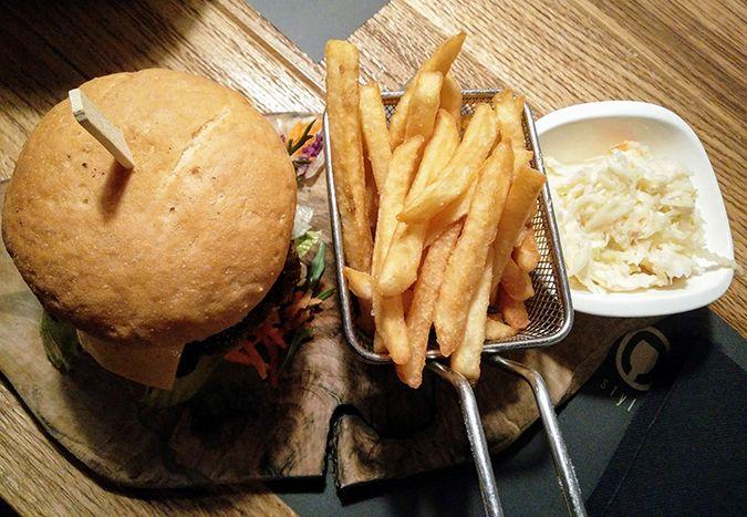 Ada Wanders/Włóczykijada.  Gluten-free burger in Drop restaurant in Budapest.  Bezglutenowy burger w restauracji Drop w Budapeszcie.