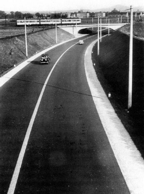 """Die zwischen 1929 und 1932 erbaute """"Nur-Autostraße"""" Köln - Bonn. Sie war der erste ausschließlich für Autos vorbehaltene Strecke mit eigenem Verkehrswert. Heute ist sie die A555. Bild aufgenommen um 1932. Stichworte: #Wesseling #Vintage #Photography #Germany"""