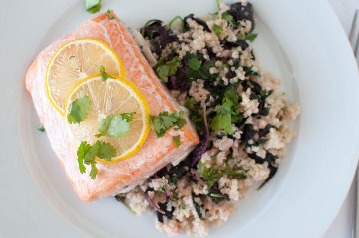 """Enkel middag med laks som er lett å like og som har supert tilhøyr. Quinoa er nemleg kalla """"superfrøet"""" fordi det innheld så mange næringsstoff. Spinat på toppen av det heile er heller ikkje..."""