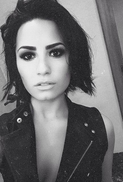 Demi Lovato (THEM EYEBROWS THO!!!)