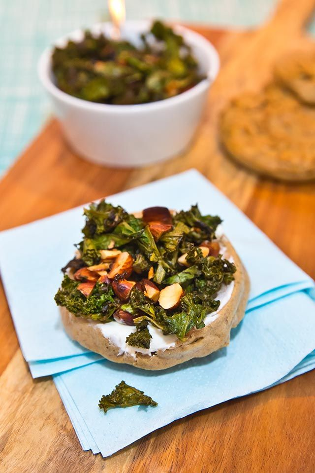 Kikärtskakor med grönkål och mandel