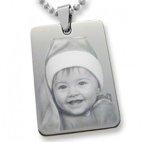 Un clásico colgante personalizado con una foto y con collar incluido todo en acero incluido en precio.