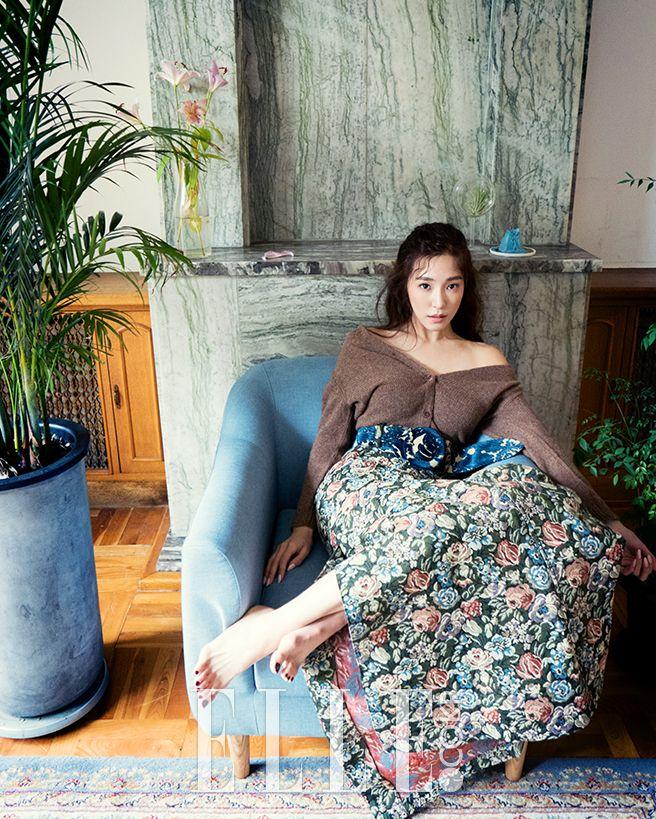"""En solo… Ses dernières semaines, Tiffany des Girls' Generation a fait la promotion de son premier album solo. Dans le cadre de l'émission """"Unnies Slam Dunk"""", elle a participé au groupe Unnies"""" afin que Min Hyorin concrétise son rêve de faire partie d'un groupe féminin. Récemment, Tiffany a fait une séance-photo pour le magazine """"Elle"""" …"""
