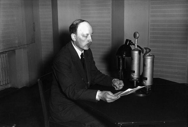 Prime Minister Risto Ryti speaking on the radio 18.8.1940. Pääministeri Risto Ryti pitämässä radiopuhetta studiossa.