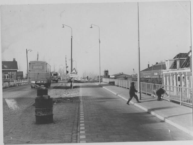 Friesestraatweg : spoorwegovergang : verbetering van de weg : met spelende kinderen, januari 1964