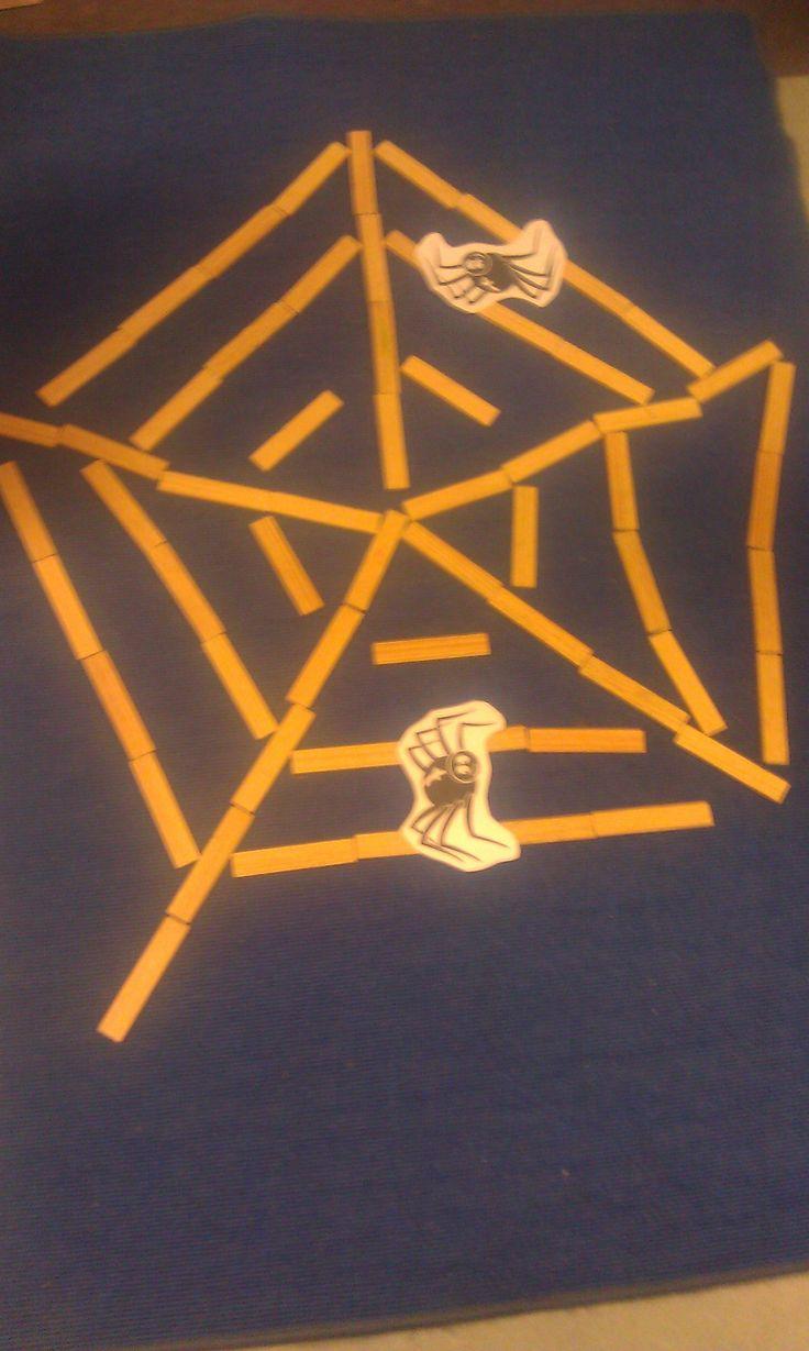 """Spelen met Kapla op basis van het thema """"herfst""""; brrrrr.., met spinnen die er echt utizien."""