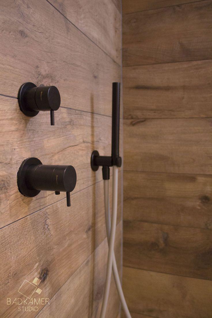 Moderne maatwerk badkamer met kerlite tegels met houtlook op de vloer. Het zorgt voor een uniek effect in combinatie met de grote grijze wandtegels, het grijze bad, de mat zwarte designradiator, het mat zwarte toilet, de mat zwarte kranen op het bad, bij de douche en de wastafel en de mat zwarte Solid Surface (Corian) waskommen #badkamerstudio #badkamerstudiobreda #badkamerstudioutrecht