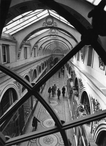 Galerie Vivienne, 1981. Robert Doisneau. A découvrir absolument : un pur joyau qui réserve d'agréables surprises!