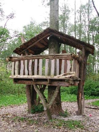 Stadslandgoed De Kemphaan, natuurlijk een leuk uitje met de kinderen.    Kinderen kunnen zich op verschillende manieren vermaken.    Ze kunnen zich bijvoorbeeld uitleven in het speelhof. Alle klim-, wiebel-, en speeltoestellen zijn gemaakt van Acaciaboomstammen.     In het doolhof kunnen ze op zoek naar de uitkijktoren.     Het Landgoedpad, een 2,5 km lange wandeling, slingert zich door het bos en komt uit bij een spannende boomhut.    En er is nog veel meer te doen en te beleven